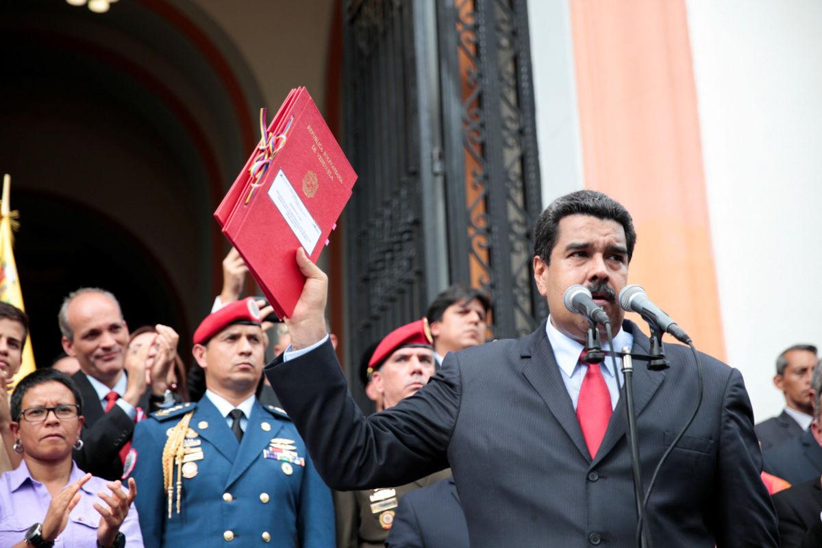 Resultado de imagem para El presidente Nicolás Maduro, tras aprobar el presupuesto por decreto (AFP)