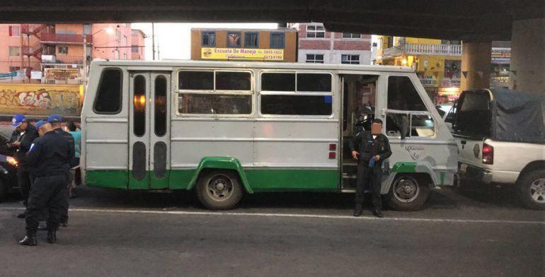 Asaltan microbús en Periférico y Tláhuac; hay un muerto