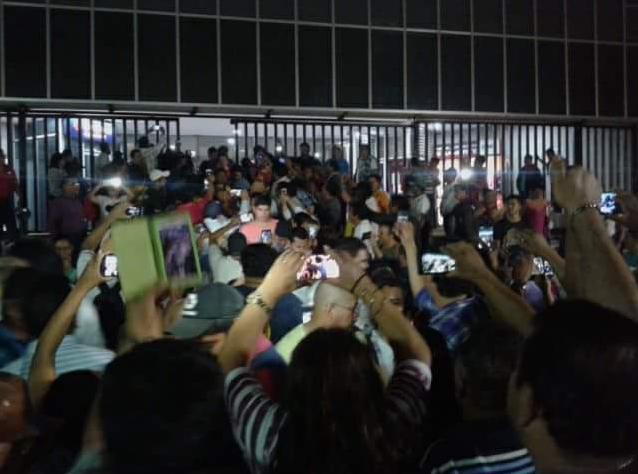 Desalojan y arrestan a 44 maestros en Chiapas