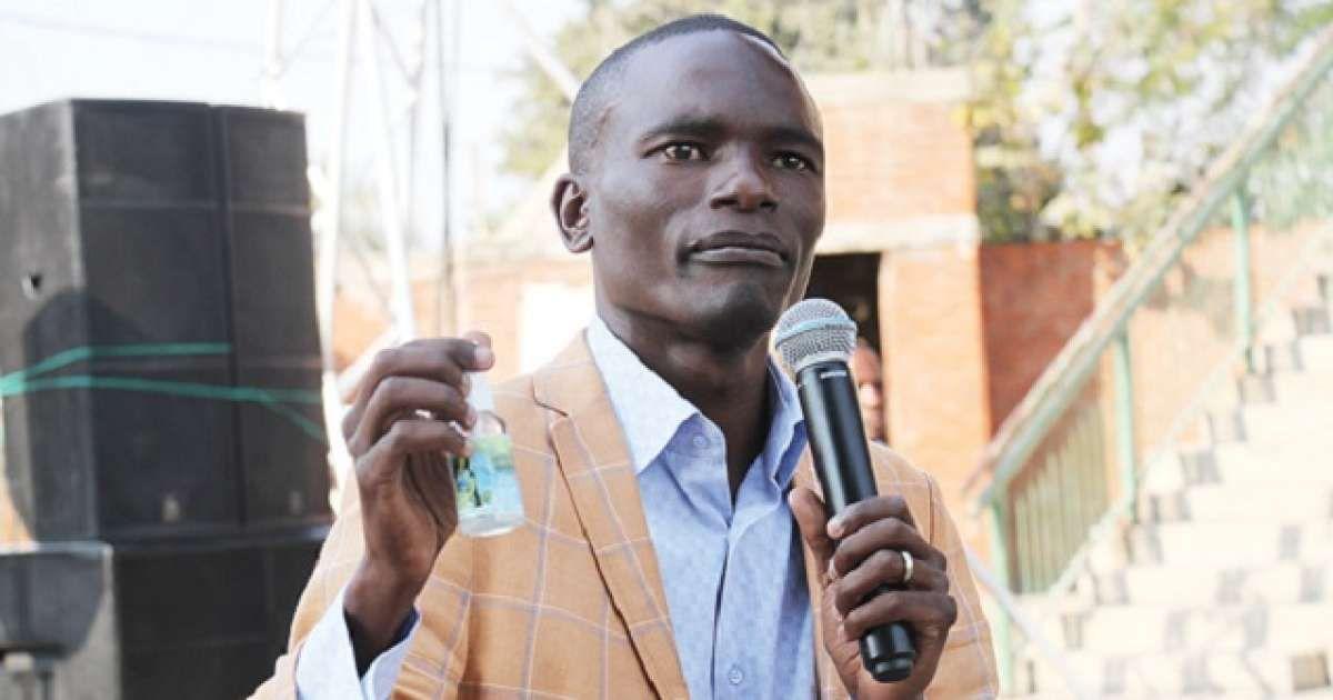 Predicador africano llama por teléfono a Dios (Video)