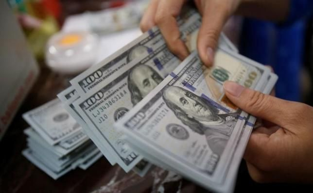 Peso avanza y dólar baja mientras celebra el 4 de julio