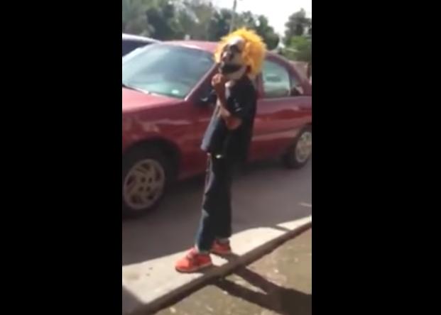 Con máscaras de payaso y palos, niños asaltan a personas en Sonora