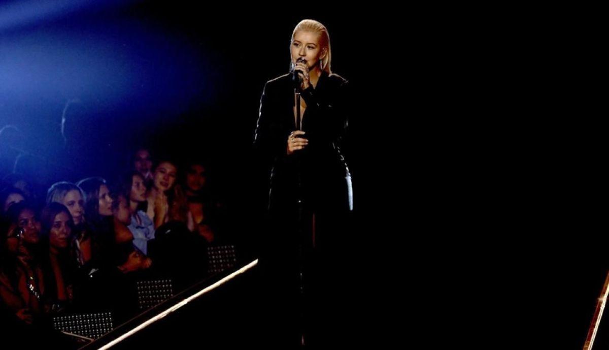 Christina Aguilera rinde tributo a Whitney Houston (Video)