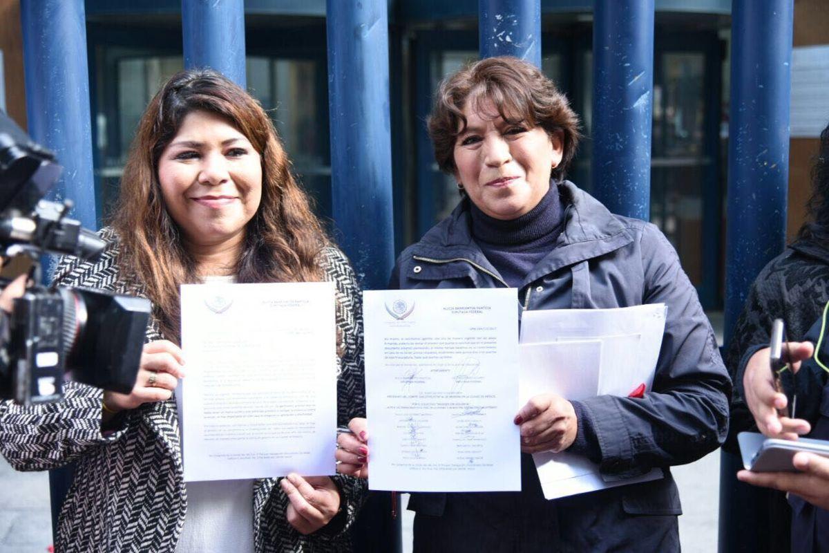 ¡No más feminicidios!: Mujeres lanzan flores y cruces frente a la PGR