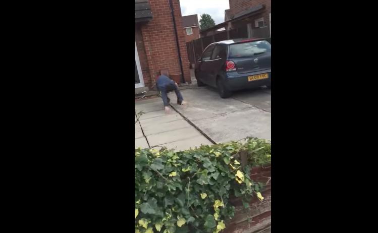 Policías intentan derribar la puerta, sujeto escapa por la ventana (Video)