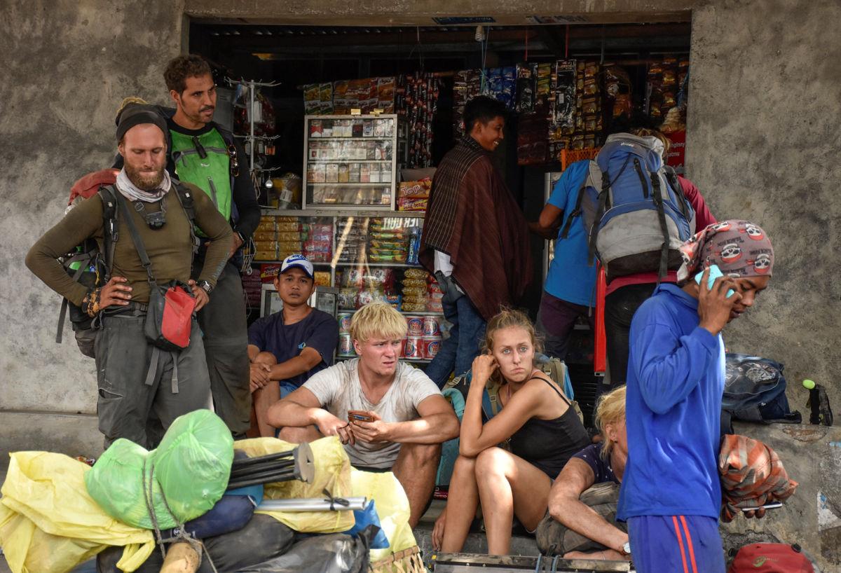 Rescatan a turistas atrapados en volcán