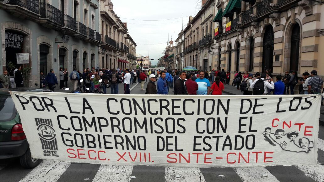 CNTE bloquea por cuatro horas Congreso de Morelia