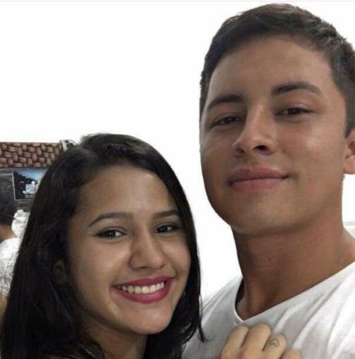 Selfie de novios causa pol mica por imagen de fondo for Espejo que se pega