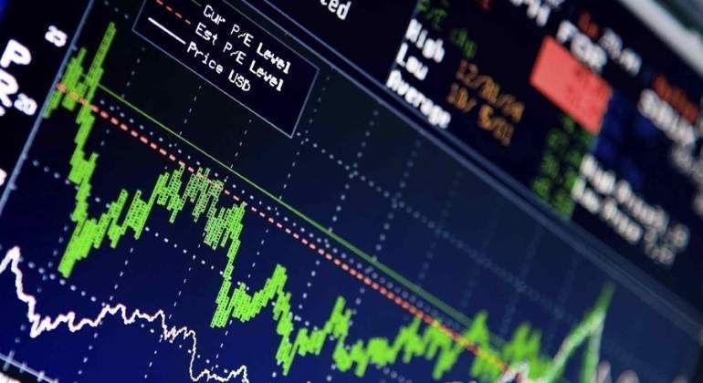 Dólar en 18.10 pesos en bancos; BMV al alza