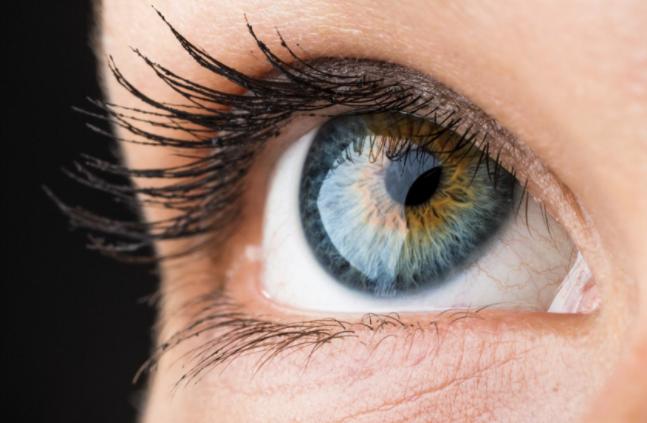 Síndrome de ojo seco aumenta por uso de pantallas y aire acondicionado