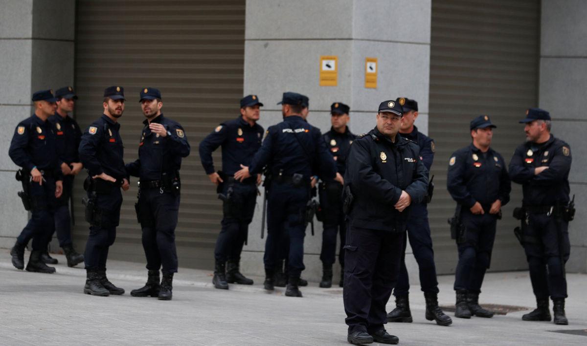 Justicia española dicta prisión para 8 miembros catalanes independentistas