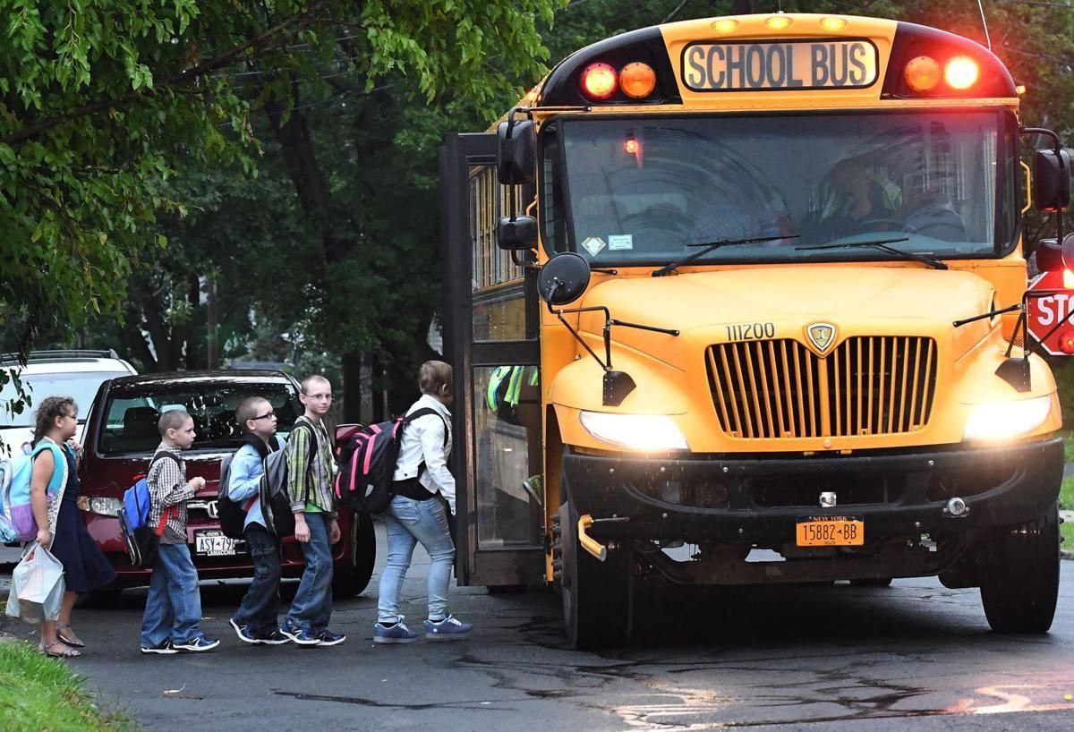 Olvidan a niño en autobús escolar y muere atrapado en el calor