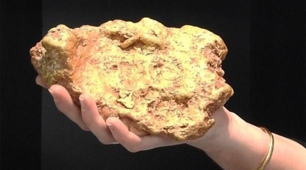 Hombre encuentra roca de oro en Australia