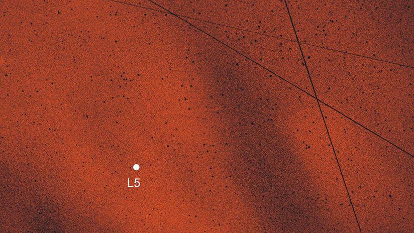 Confirman existencia de 2 nubes de polvo que orbitan la Tierra junto a la luna