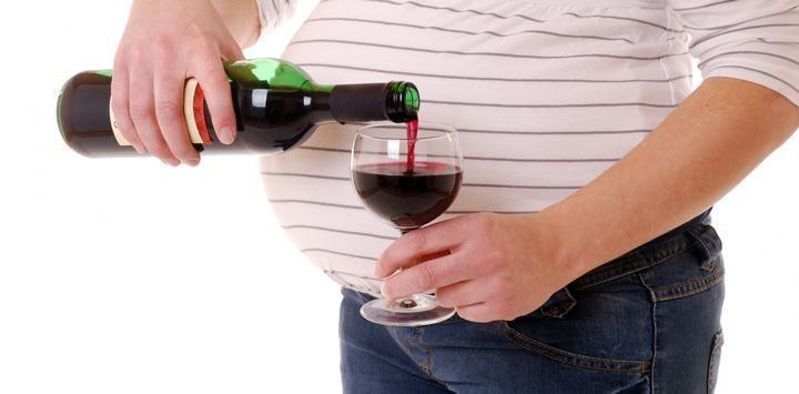 Critican publicidad 'engañosa' sobre consumo de alcohol durante el embarazo