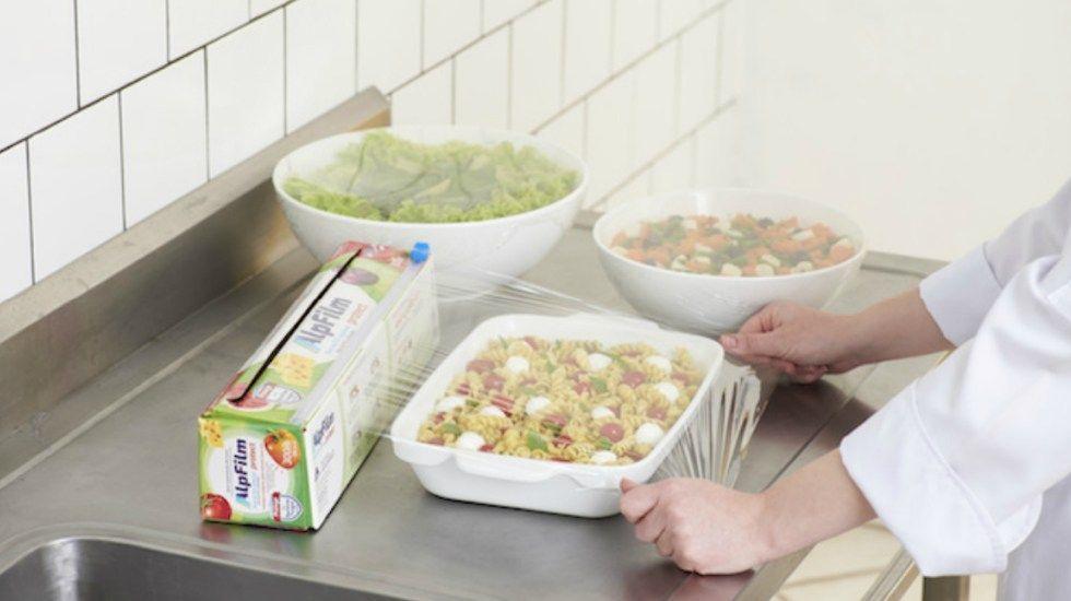 Encuentran compuestos tóxicos en películas plásticas para envolver alimentos